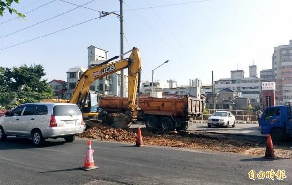 工業區一路正進行道路改善工程。(記者張菁雅攝)