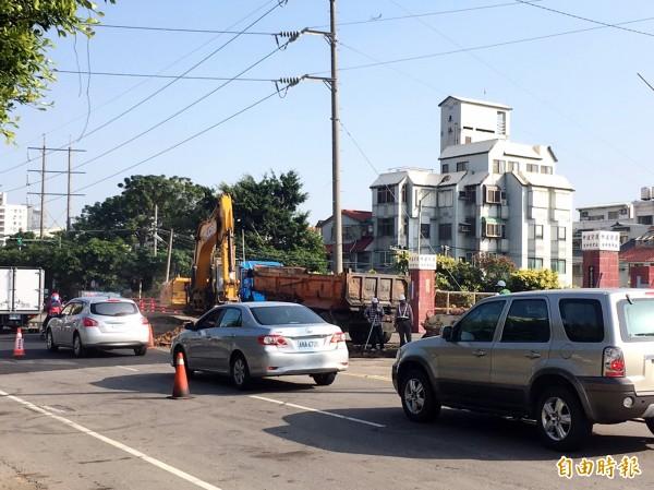 工業區一路因施工而封閉一半車道,造成塞車。(記者張菁雅攝)