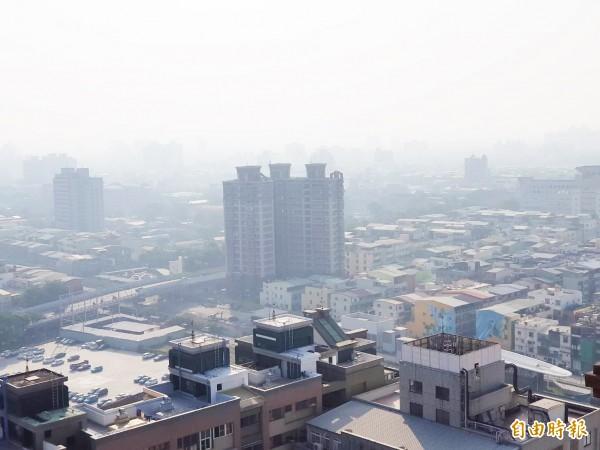 東北季風夾帶河川揚塵,高市有11個測站達「紅害」。(記者陳文嬋攝)