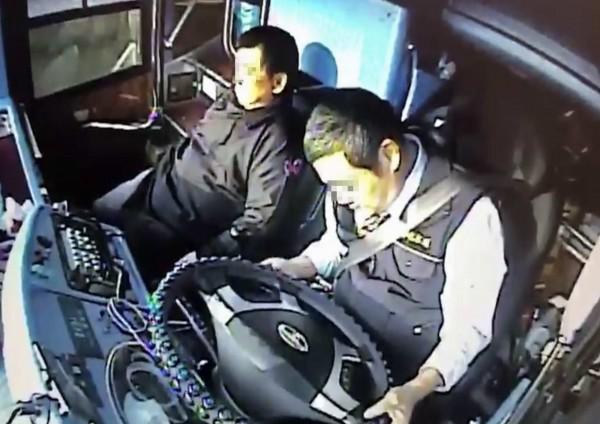 王姓司機旋即往前傾倒陷入昏迷,一旁的喪家家屬仍渾然不知。(記者湯世名翻攝)