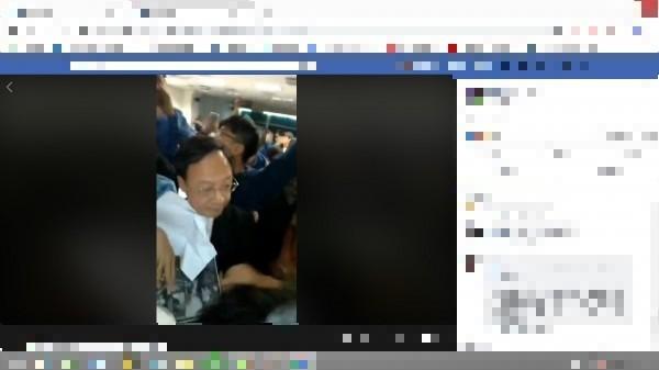 前行政院長江宜樺今晚到台大演講,遭台大學生群起抗議,大罵:「院長下令、警察打人」,現場一片混亂。(翻攝自臉書)