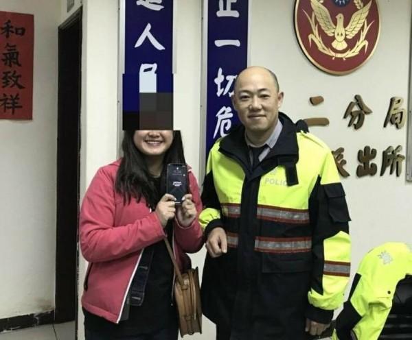 警員吳敏仲幫李女找回手機(記者吳昇儒翻攝)