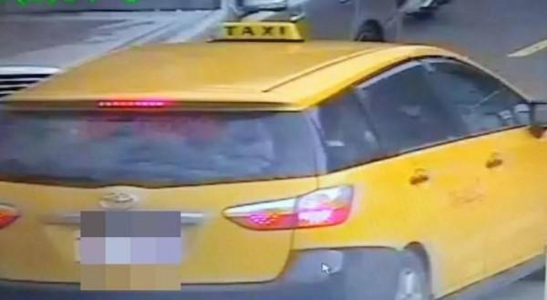 警員吳敏仲調閱監視器,找到李女搭乘的計程車(記者吳昇儒翻攝)