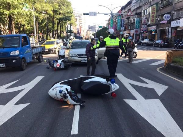 拒檢的王男衝撞警用機車才停車。(記者王宣晴翻攝)