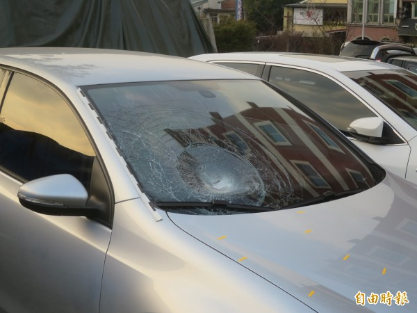 肇事車輛從後方追撞,死者頭部撞到擋風玻璃造成嚴重破裂。(記者劉濱銓攝)