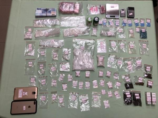 警在陳嫌租屋處查獲安非他命、大麻、大麻油、搖頭丸等大批毒品及販毒所得贓款。(記者方志賢翻攝)