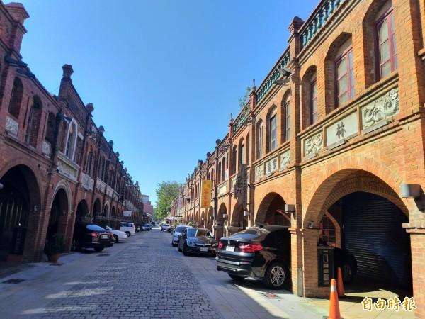 新竹縣湖口老街為中西合併的一條老街,耶誕龍報佳音更是老街特有的活動!(記者廖雪茹攝)