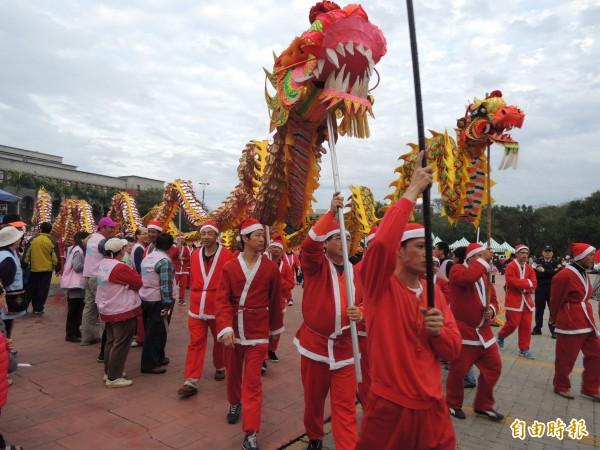 每年耶誕節前,湖口鄉民俗技藝協會的龍隊將穿上耶誕服飾,透過「耶誕龍報佳音」踩街活動,將在地東西方宗教結合,傳遞福音。(記者廖雪茹攝)