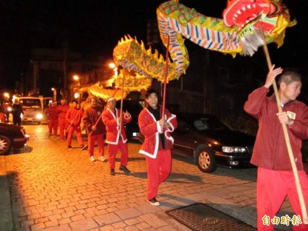 每年耶誕節前,湖口鄉民俗技藝協會的龍隊將穿上耶誕服飾,透過「耶誕龍報佳音」踩街活動,將在地東西方宗教結合,傳遞福音。(大窩口促進會提供)