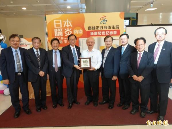 原任高雄市衛生局長黃志中(中)將接任台南市社會局長,高雄醫界今致贈「台灣之光、醫界楷模」的獎牌感謝他的貢獻。(記者方志賢攝)