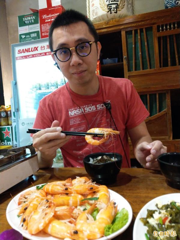黃翊誠自家養殖的蝦,只有在週五至週日限量供應。(記者劉婉君攝)