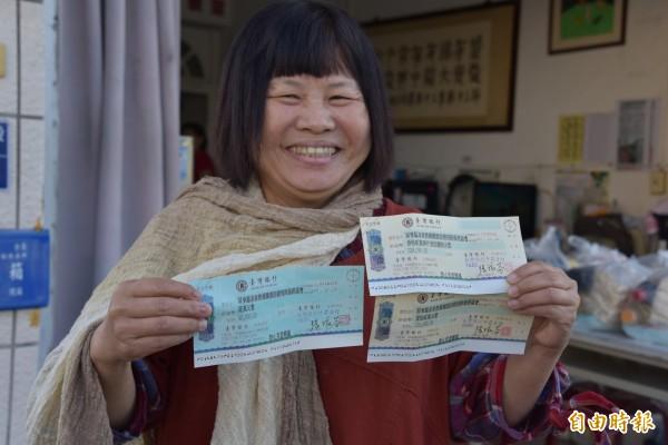 屏東縣議員蔣月惠捐出共計50萬餘元的選舉補助款和保證金及薪水。(記者葉永騫攝)