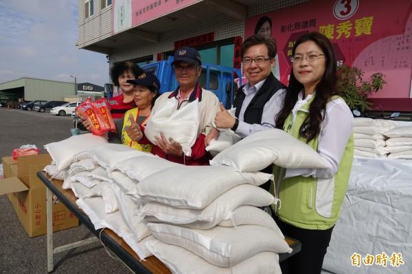 愛心「白米伯」施性祺(右三)今年二期稻作「失收」,幾乎血本無歸,照樣送白米做愛心。(記者劉曉欣攝)