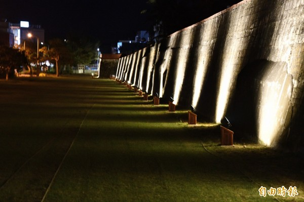 北門周邊城牆點亮後相當夢幻。(記者蔡宗憲攝)
