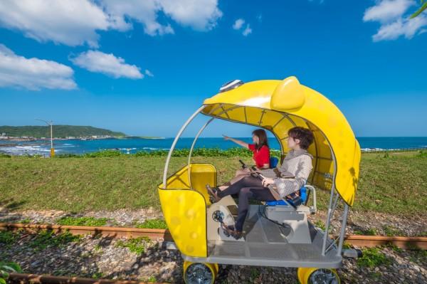 Railbike深澳鐵道自行車與潮境公園元旦升旗典禮合作,在元旦當天上午9點加開1班次Railbike。(新北市政府提供)