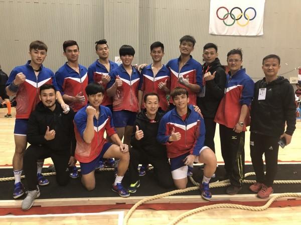 翁少杰(後排左4)與拔河隊友、教練和師長合影。(照片由翁少杰提供)