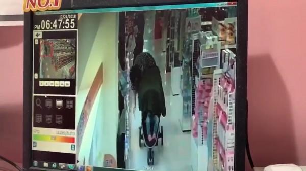 廖婦帶著孩子偷東西被監視器全錄下。(記者徐聖倫翻攝)