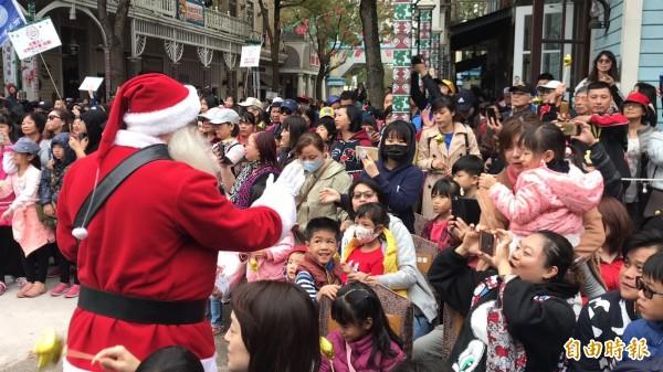 耶誕老人分送小禮物給來訪的生病或是弱勢家庭小朋友們。(記者黃美珠攝)
