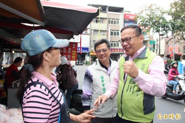 王義川在市議員范淞育的陪同下到東興市場拜票。(記者蔡淑媛攝)