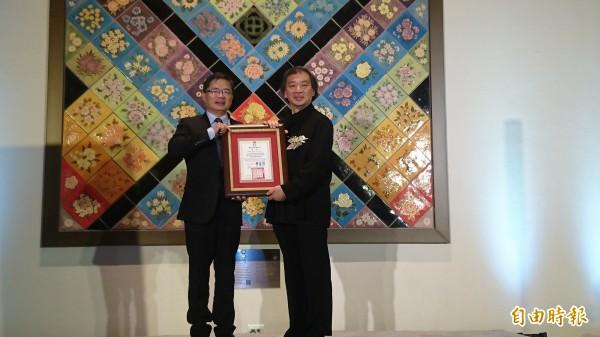 台南市代理市長李孟諺(左)頒發榮譽市民證書給日本建築師坂茂。(右)(記者劉婉君攝)