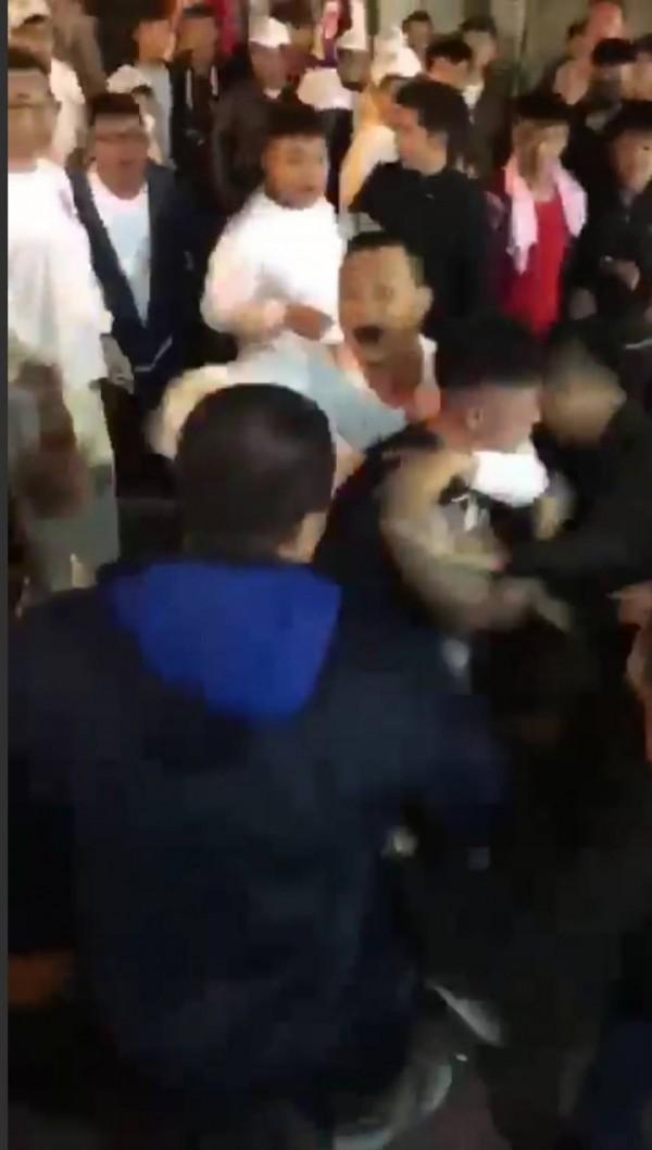 二十三日晚間,台南市中西區廟會遶境發生街頭鬥毆事件。(記者王俊忠取自臉書爆料公社)