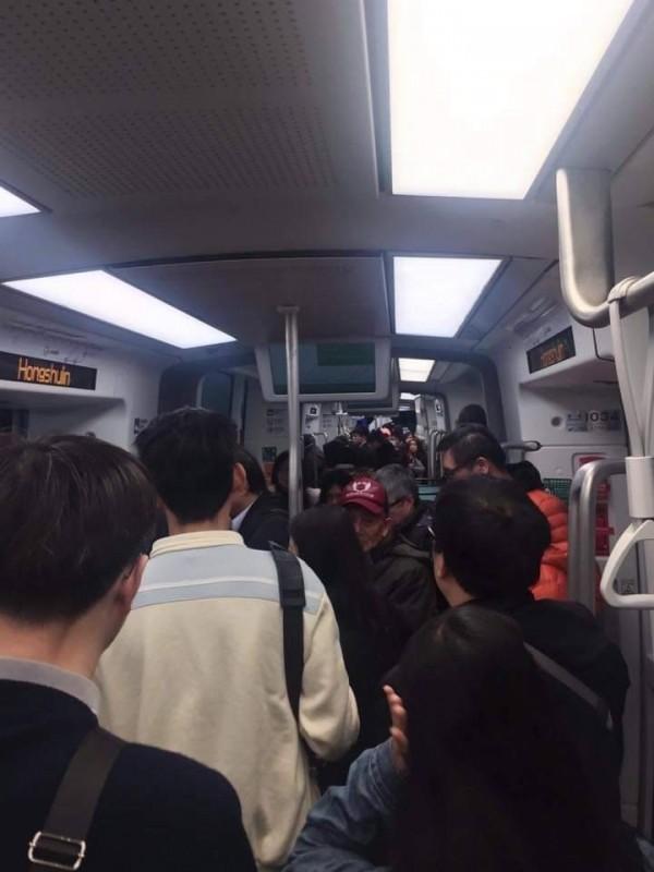 淡海輕軌車廂一早就擠滿人潮。(記者陳心瑜翻攝)