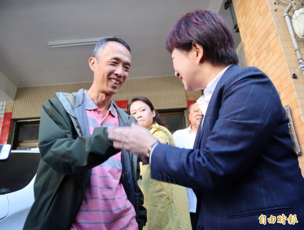 準台中市盧秀燕探視慰問在印尼海嘯中受傷的民眾吳敏琪父親。(記者歐素美攝)