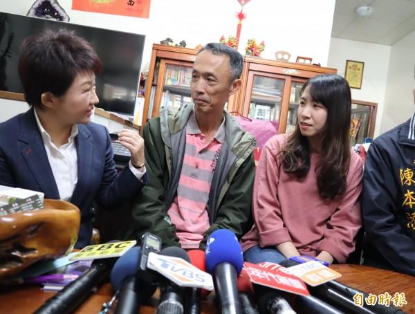準台中市盧秀燕探視慰問在印尼海嘯中受傷的吳敏琪父親及妹妹吳子萍。(記者歐素美攝)