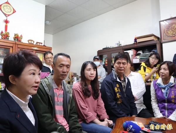 準台中市盧秀燕、市議員陳本添等探視慰問在印尼海嘯中受傷的吳敏琪父親及妹妹吳子萍。(記者歐素美攝)