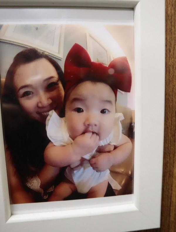 在印尼海嘯中受傷的吳敏琪及女兒。(記者歐素美翻攝)