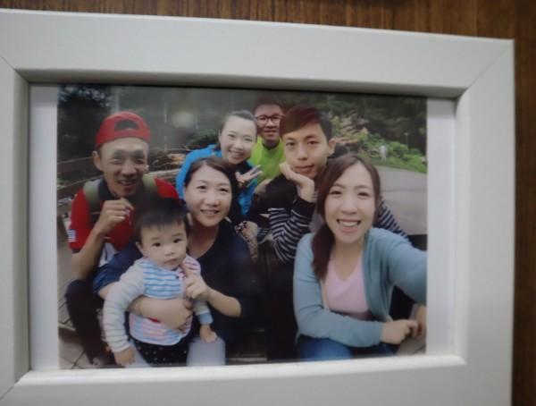 在印尼海嘯中受傷的吳敏琪(中後)與家人合影。(記者歐素美翻攝)