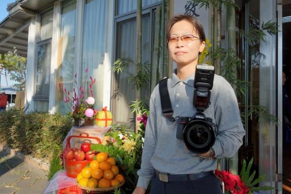 曾在軍中與地政事務所擔任測量人員的蔡淑娟,加入慈濟志工後,用攝影專長協助記錄人間溫情,以報恩行善心情,樂在慈善志業。(圖由慈濟基金會提供)
