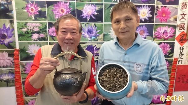 林朕古(左)展示收藏一個百年歷史的日本鐵壺,台南市休閒農業發展協會理事長蔡永清(右)展示的是1500年歷史古茶樹製作的茶葉。(記者楊金城攝)