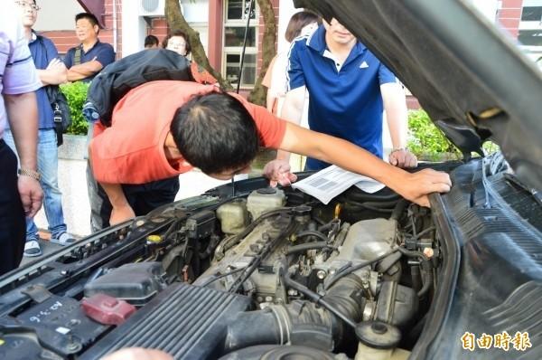 竄改里程數是購車者最常遇到的車商惡行,另有借屍還魂車等。圖為警方調查借屍還魂車,與本案無關。(資料照)