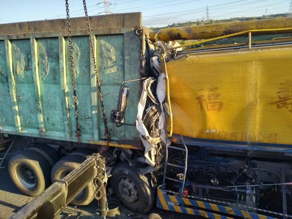 國道3號北上184公里龍井路段,今天下午發生大貨車和飼料車碰撞的交通事故。(記者張聰秋翻攝)