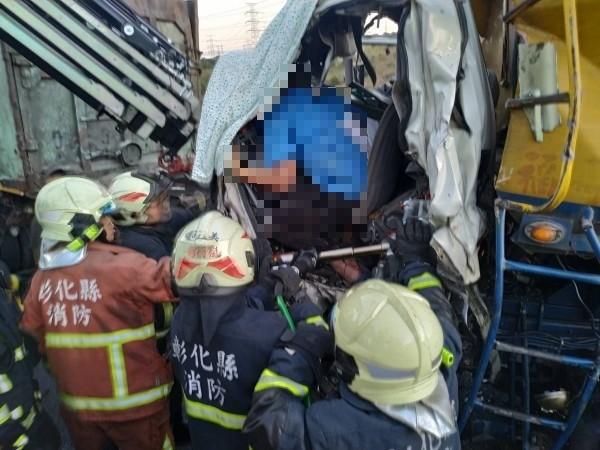 消防人員搶救受困駕駛座的飼料車駕駛。(記者張聰秋翻攝)受困車內駕駛請馬賽克處理。