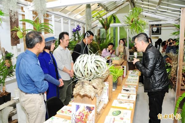靜宜大學呼應台中花博,舉辦「植說」五大主題書展,以「移動植物森林」概念,將「轉殖溫室」搬進圖書館。(記者歐素美攝)