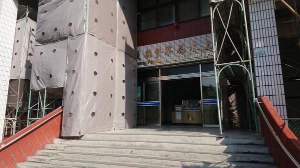 水上分局警方調查劉姓男子疑持槍自轟案件。(記者林宜樟翻攝)