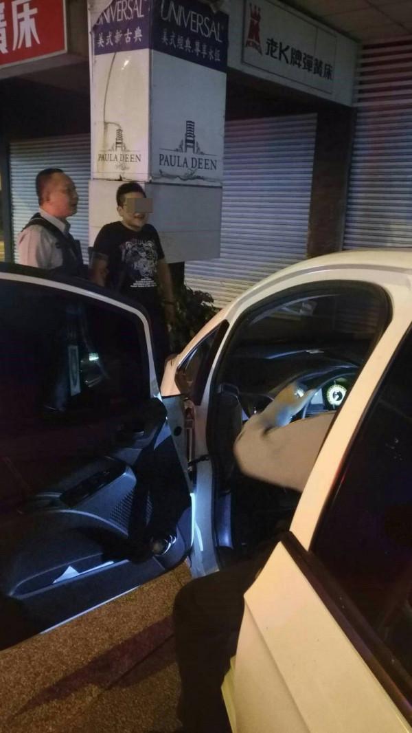 警方當場逮捕準備折返撿拾K毒的黃男。(記者許國楨翻攝)