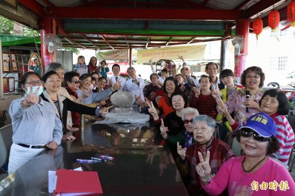 潭子頭家東社區關懷據點年終搓湯圓,氣氛溫馨。(記者歐素美攝)