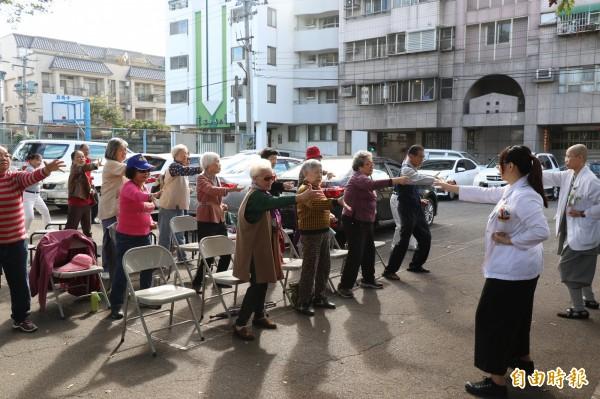 台中慈濟醫院認養潭子區頭家東社區關懷據點,醫護人員帶領長輩做運動。(記者歐素美攝)
