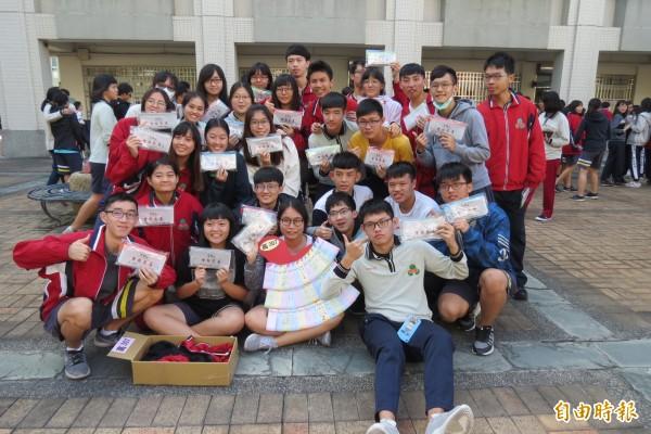 學測30天後上場,忠明高中送學生有文昌公加持過的「金榜題名」筆袋。(記者蘇孟娟攝)