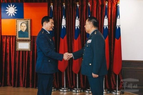 陸軍中將徐衍璞(右)接任國防部常務次長,其新職介紹典禮由國防部副部長沈一鳴(左)主持。(軍聞社)