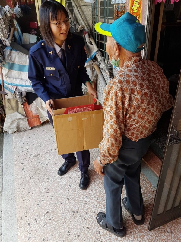 女警蕭以翎前往關懷獨居長輩吳老先生。(記者王俊忠翻攝)