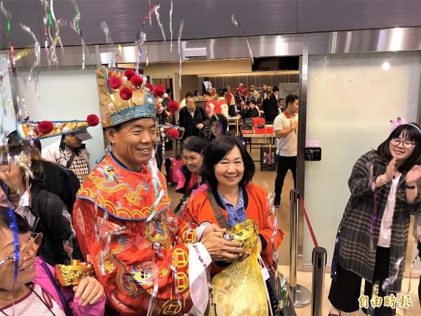 朱孟榮是今年台灣第120萬名郵輪遊客,港務公司安排財神爺迎接。(記者林欣漢攝)