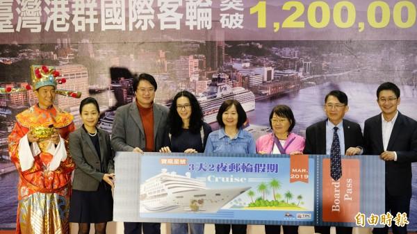 台灣港務公司在基隆港迎接今年台灣第120萬名遊客,幸運兒是一名搭乘麗星郵輪寶瓶星號赴石垣島旅遊的台灣人朱孟榮(右4)。(記者林欣漢攝)
