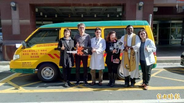 虎尾若瑟醫院中醫部主任黃柏銘(右四)與端唯企業負責人陳泰祥(左二)捐贈虎尾若瑟醫院早療娃娃車。(記者廖淑玲攝)