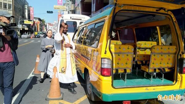 天主教嘉義教區神父狄鐸主持新車啟用祈禱禮。(記者廖淑玲攝)