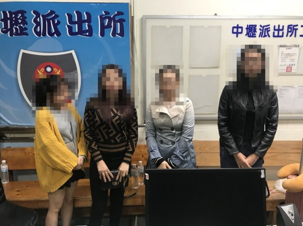 4名落跑女團員今向中壢警方主動投案。(記者許倬勛翻攝)