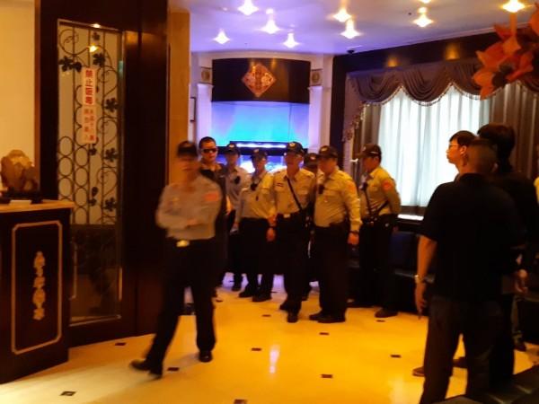 高雄警方今下午前往著名按摩店「魚翅樓」臨檢。(記者方志賢翻攝)
